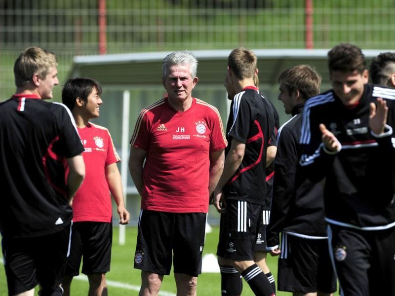 Bayern Munich's head coach Jupp Heynckes stands amid players of players of German soccer club FC Bayern Munich during a training session on the eve of UEFA Champions League final football match between FC Bayern Munich and Chelsea FC in Munich, southern Germany. (AFP Photo)
