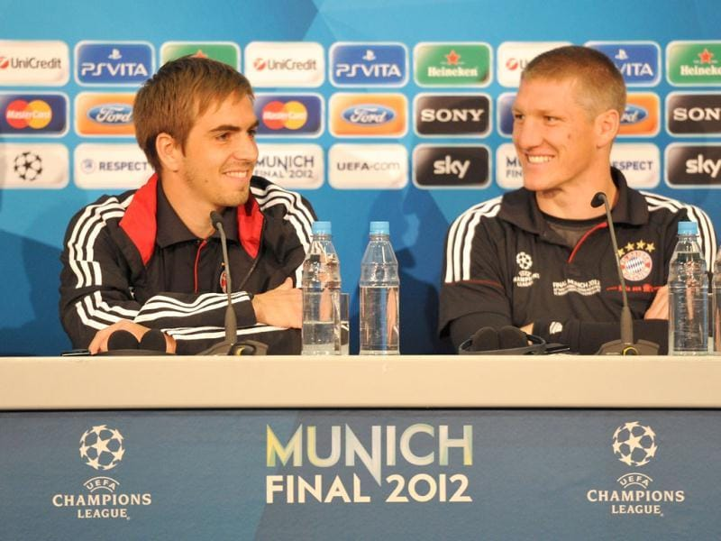 A hand out picture release by the UEFA shows Bayern Munich's defender Philipp Lahm and midfielder Bastian Schweinsteiger giving a press conference at the Fussball Arena stadium in Munich, on the eve of the UEFA Champions League final football match between FC Bayern Munich and Chelsea FC. (AFP Photo)