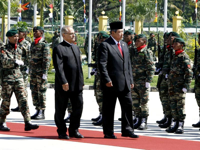 Indonesia President Susilo Bambang Yudhoyono (R) walks beside his outgoing East Timorese counterpart Jose Ramos-Horta as they inspect an honour guard during a welcome ceremony in Dili. Reuters/Lirio Da Fonseca