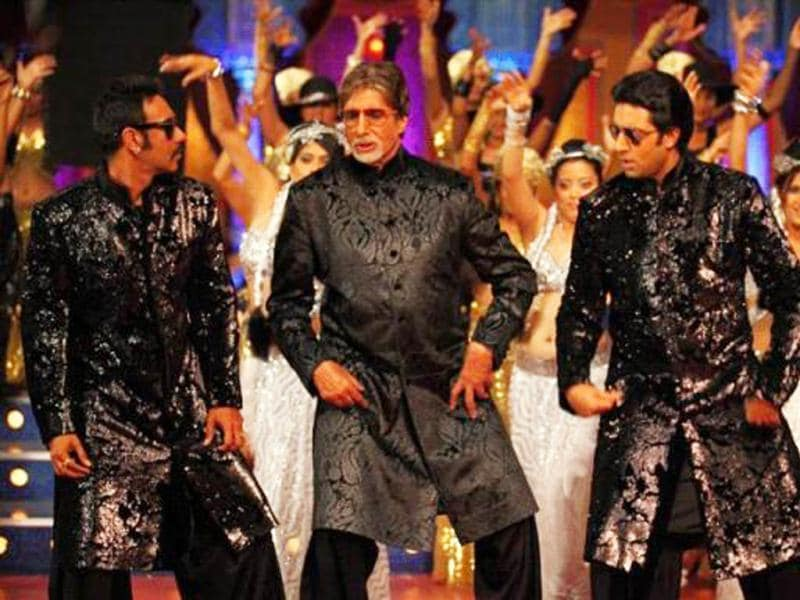 Bol Bachchan actors Ajay Devgn and Abhishek Bachchan dance with Amitabh Bachchan.