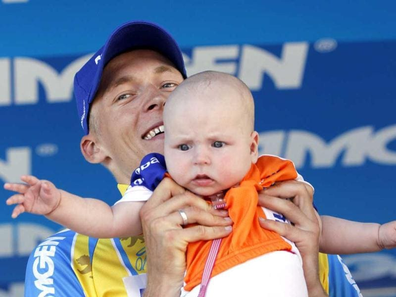 Team Rabobank rider Robert Gesink of the Netherlands celebrates with his daughter as he is awarded the leader jersey after winning Stage 7 of the Amgen Tour of California from Ontario to Mt. Baldy. Reuters/Patrick T. Fallon