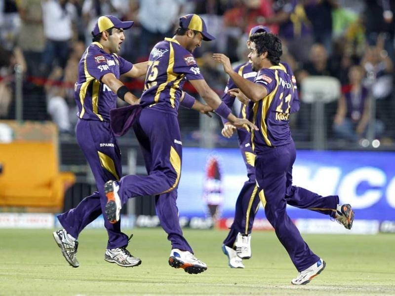 Kolkata Knight Riders players celebrate the wicket of Delhi Daredevils Mahela Jayawardene during the first Qualifier between Delhi Daredevils and Kolkata Knight Riders at Subrata Roy Sahara Stadium in Pune. HT/Vijayanand Gupta