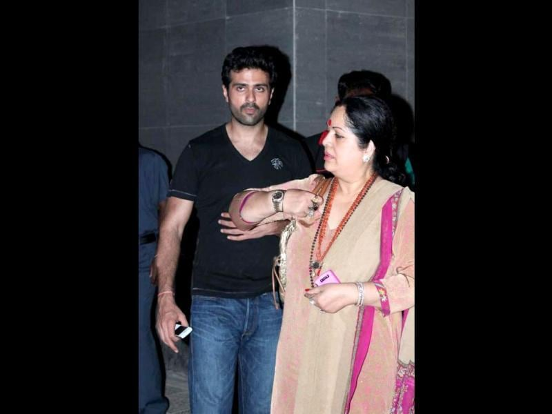 Actor Harman Baweja, who is dating Shilpa's sister Shamita Shetty also paid a visit to the new mom. The actor is seen with Shilpa Shetty's mother.
