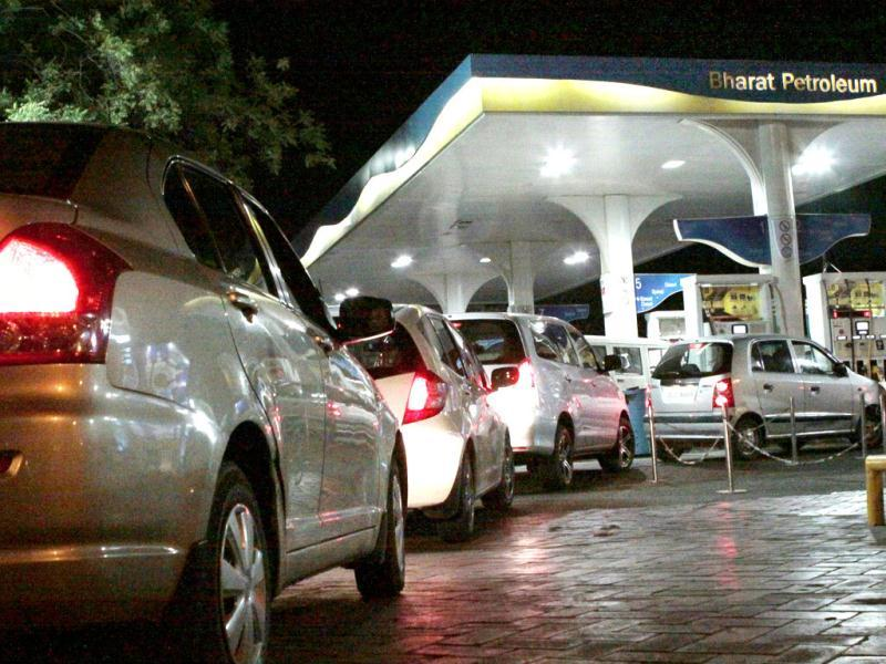 People line up to fill their vehicles at a petrol pump in New Delhi after the announcement of hike in petrol prices. HT/Sunil Saxena