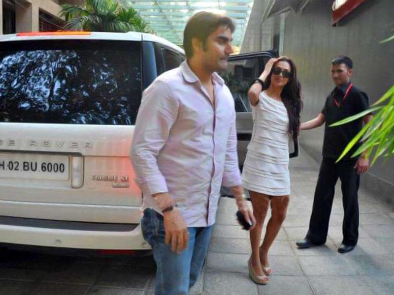 Malaika Arora Khan looks chic as she arrives at the hospital with hubby Arbaaz Khan.