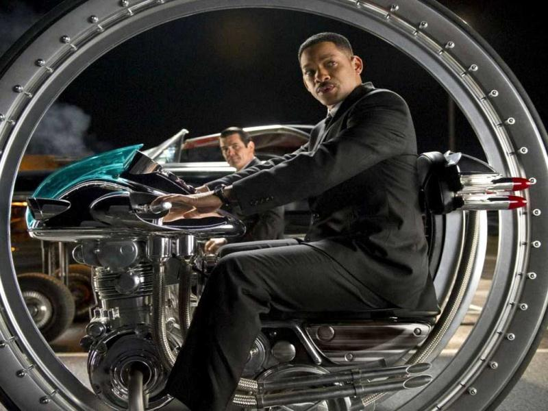 Agent J (Will Smith) has to go into the past to find the young Agent K in order to complete his mission.