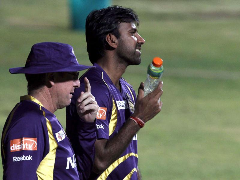 Kolkata Knight Riders bowler Balaji talks to the coach Bayliss during the team's practice session ahead of their final match against Chennai Super Kings at MA Chidambaram stadium in Chennai. (HT Photo/Santosh Harhare)