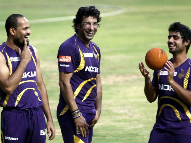 Kolkata Knight Riders bowling coach Wasim Akram talks to Yusuf Pathan and Iqbal Abdullah during the team's practice session ahead of their final match against Chennai Super Kings at MA Chidambaram stadium in Chennai. (HT Photo/Santosh Harhare)