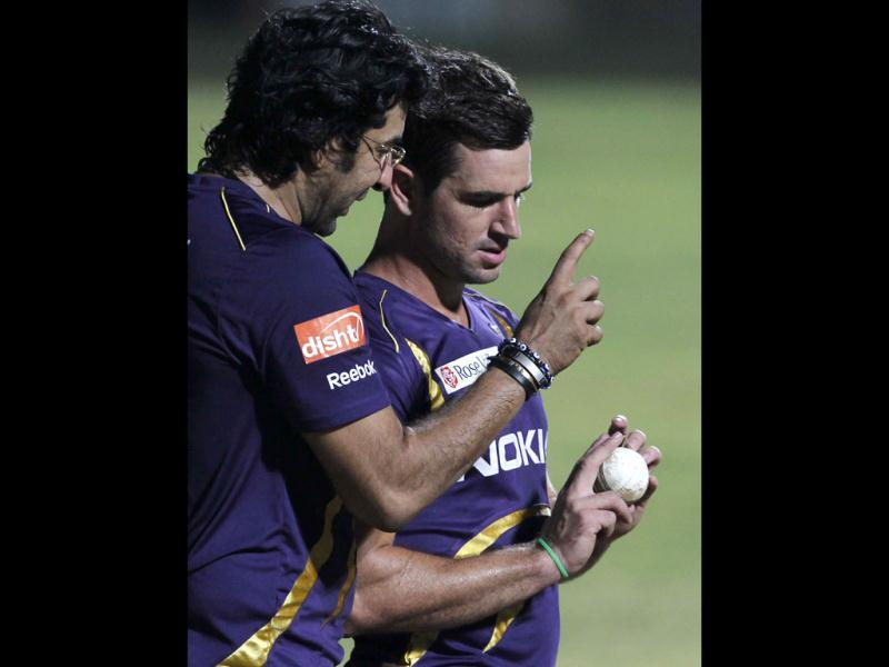 Kolkata Knight Riders bowling coach Wasim Akram talks to bowler Ryan ten Dueschate during the team's practice session ahead of their final match against Chennai Super Kings at MA Chidambaram stadium in Chennai. (HT Photo/Santosh Harhare)