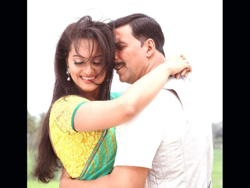 Rowdy Rathore (2012): Akshay Kumar's comeback action film directed by Prabhudeva opened to a huge response. The film entered Rs 100 cr club. He starred opposite Sonakshi Sinha in the film.