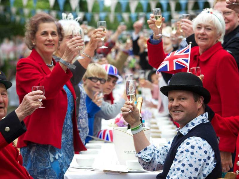 People toast as they take part in a street party organised by residents of Battersea in south London as Britain celebrates Queen Elizabeth II's Diamond Jubilee. AFP/Andrew Cowie