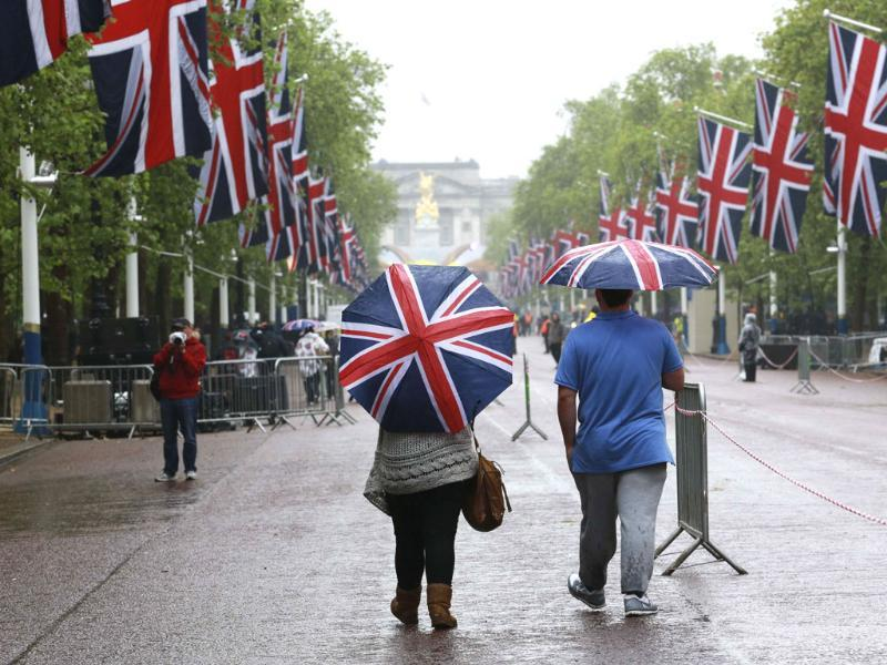 Spectators walk along the Mall in central London, decorated as part of nationwide celebrations marking the Diamond Jubilee of Britain's Queen Elizabeth. Reuters/Olivia Harris