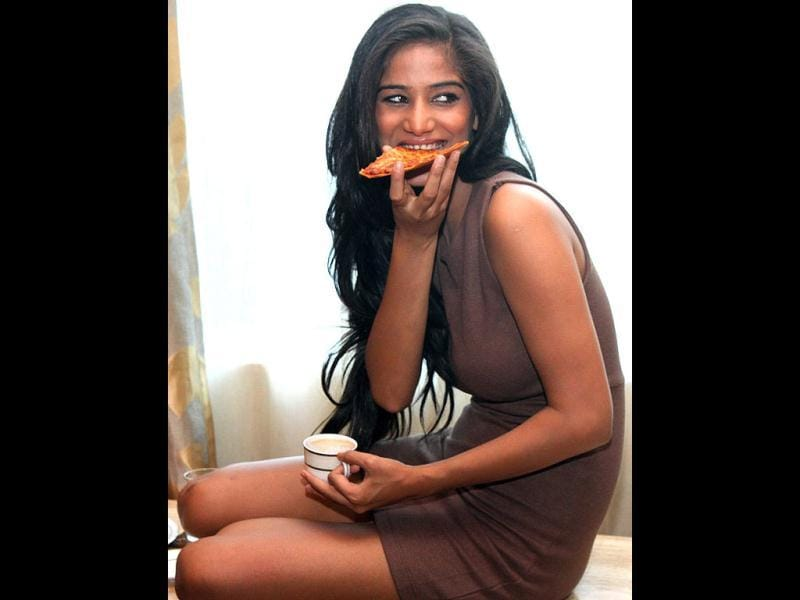 Poonam Pandey digs on a pizza! (Twitter photo)