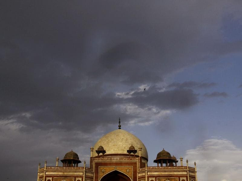 Rain clouds hover over Humayun's Tomb in New Delhi. (HT photos/Vipin Kumar)