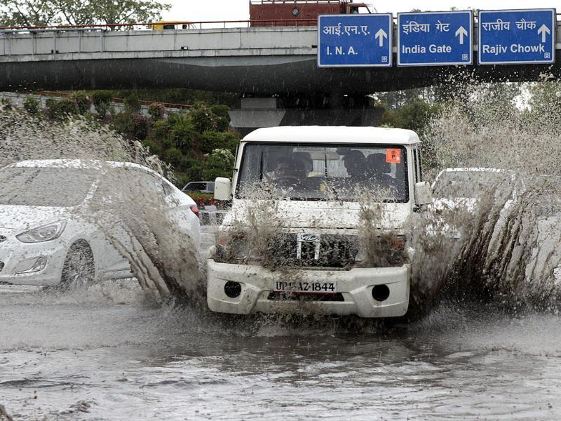 Waterlogging after a short spell of rain at AIIMS flyover in New Delhi. (HT Photo/ Sunil Saxena)