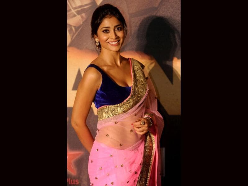 Bollywood actress Shreya Saran makes it a sexy appearance in a revealing blouse and a pink sari. (AFP photo)