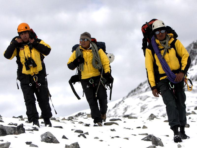 A Peruvian police high mountain rescue team walks in the Hualla Hualla area during the ongoing rescue operations, to locate the wreckage of the Sikorsky S-58ET helicopter lost at more than 4,700 meters above sea level in a southern Andean area of Peru. (AFP Photo)