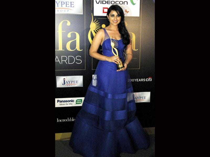 Clad in a pretty blue gown, Parineeti Chopra poses with the Best Female Debut winner trophy.