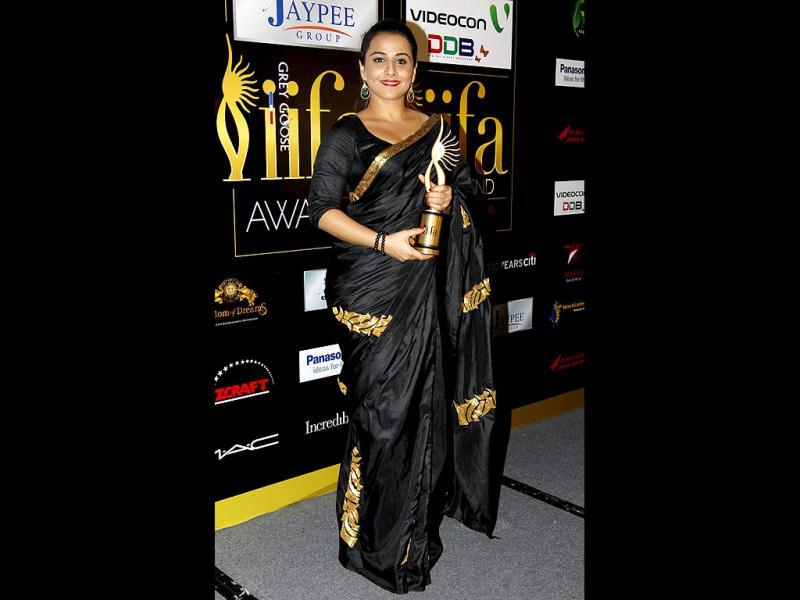 Vidya Balan clad in a black sari holds her trophy for Best Actress for her film Dirty Picture.