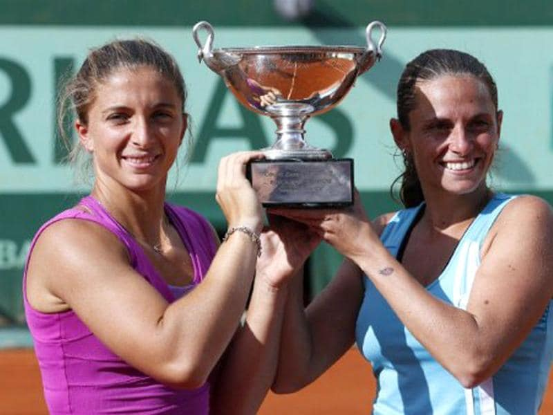 Italy's Sara Errani (R) and Italy's Roberta Vinci pose with a throphy after winning over Russia's Maria Kirilenko and Russia's Nadia Petrova during their Women's Doubles final tennis match of the French Open tennis tournament at the Roland Garros stadium in Paris. (AFP photo/Thomas Coex)