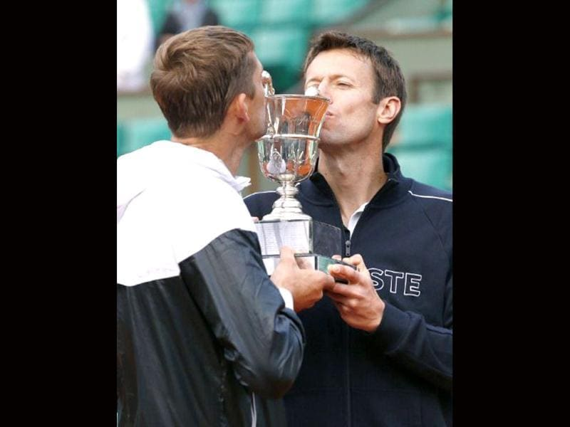 Belarus Max Mirnyi (L) and Canada's Daniel Nestor pose with a trophy after wining over US Bob Bryan and US Mike Bryan during Men's Doubles final tennis match of the French Open tennis tournament at the Roland Garros stadium in Paris. (AFP photo/Thomas Coex)