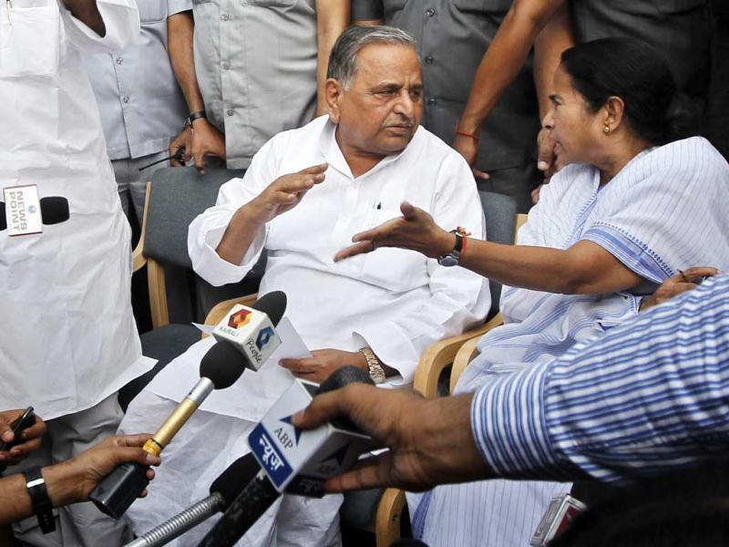 West Bengal chief minister Mamata Banerjee along with Samajwadi Party president Mulayam Singh Yadav during a joint press conference after their meeting at his residence in New Delhi. (HT Photo/Ajay Aggarwal)