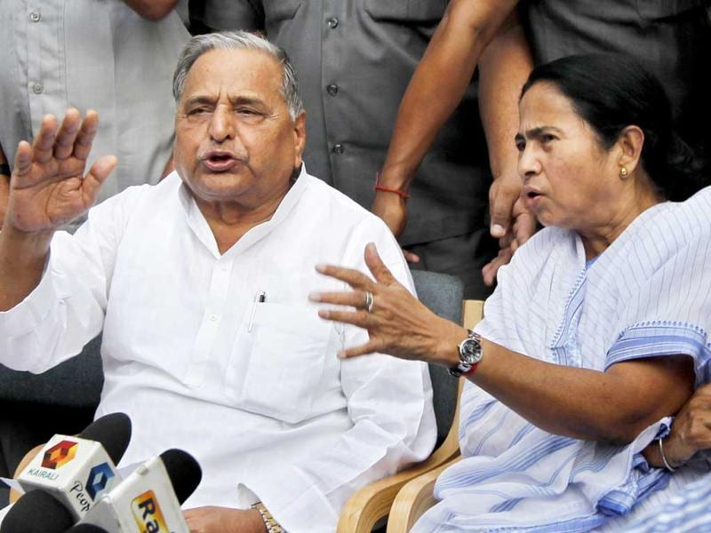 Mamata Banerjee with Mulayam Singh Yadav after a meeting at his New Delhi residence. HT/Ajay Aggarwal