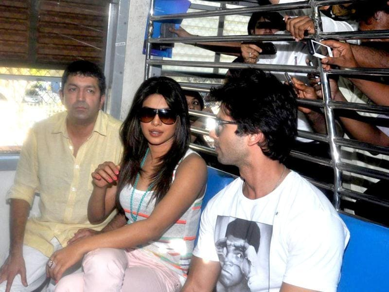Priyanka Chopra and Shahid Kapoor travels in a local train as a part of their promotion for Teri Meri Kahaani. (AFP photo)