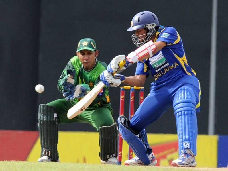 Sri Lankan cricketer Tillakaratne Dilshan (R) plays a shot as Pakistan wicketkeeper Sarfraz Ahmed looks on during the fourth ODI match at the R Premadasa Stadium in Colombo. AFP/Ishara S Kodikara
