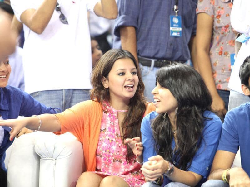 Indian cricket team captain Dhoni was seen enjoying the game with wife Sakshi.