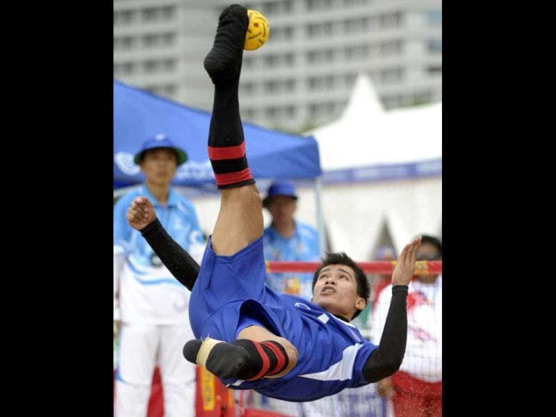 Thailand's Uthen Kukheaw delivers a shot against Indonesia during their men's team Sepak Takraw match at the 3rd Asian Beach Games in Haiyang, China. (AFP Photo)