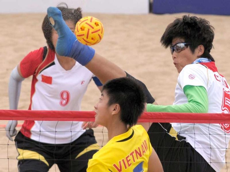 China's Wang Jianshuang tries to block a shot from Vietnam's Nguyen Thi Mo during their women's Sepak Takraw match at the 3rd Asian Beach Games in Haiyang, northeast China's Shandong province. (AFP Photo)