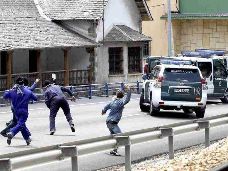 Spanish miners throw stones at Spanish Civil Guards in Cinera, near Oviedo, northern Spain. (AFP Photo/Cesar Manso)