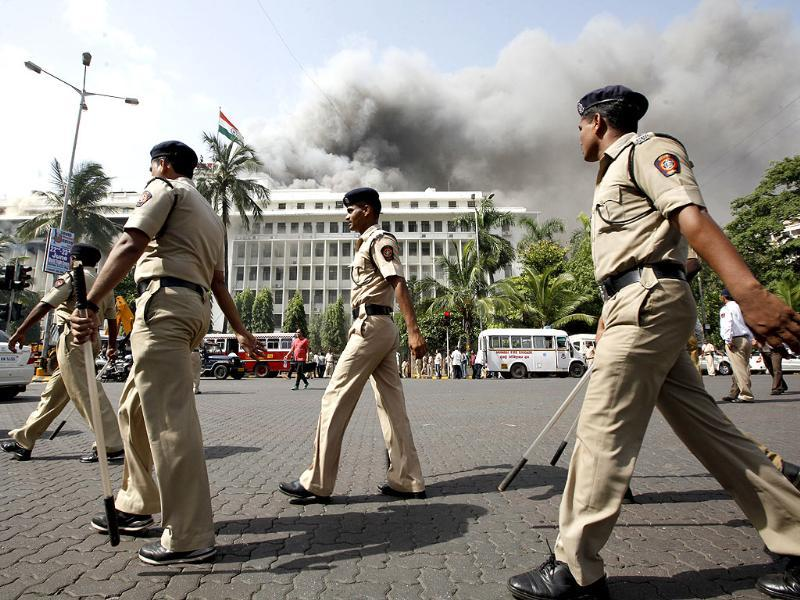 Policemen patrol the area around the Mumbai Mantralaya building. HT/Vijayanand Gupta