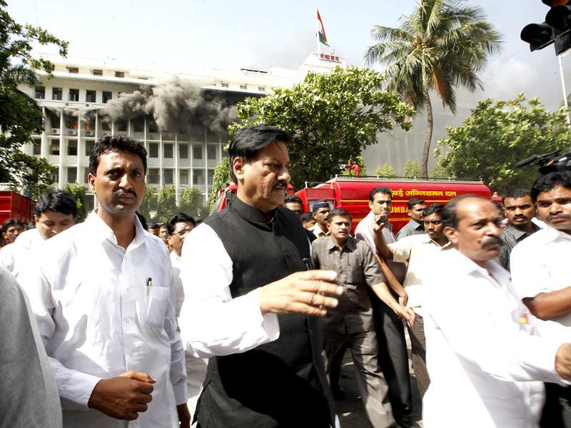 Maharashtra chief minister Prithviraj Chavan supervises efforts to quell the fire and rescue the trapped at Mantralaya. HT/Vijayanand Gupta