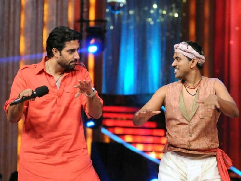 Abhishek performs with KBC winning contestant Sushil Kumar, who is also a participant of JDJ 5. (UNI)