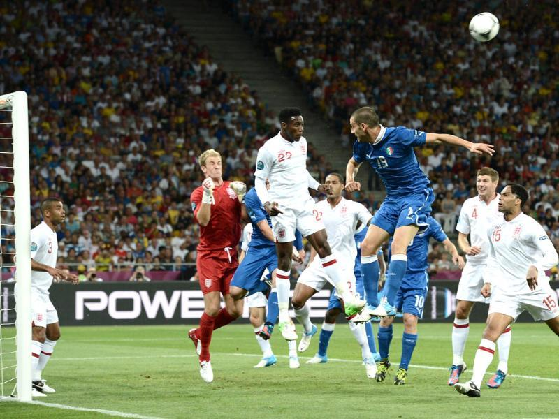 Italian defender Leonardo Bonucci (top R) vies with English forward Danny Welbeck (C) during the Euro 2012 football championships quarter-final match England vs Italy at the Olympic Stadium in Kiev. (AFP photo/Carl De Souza)