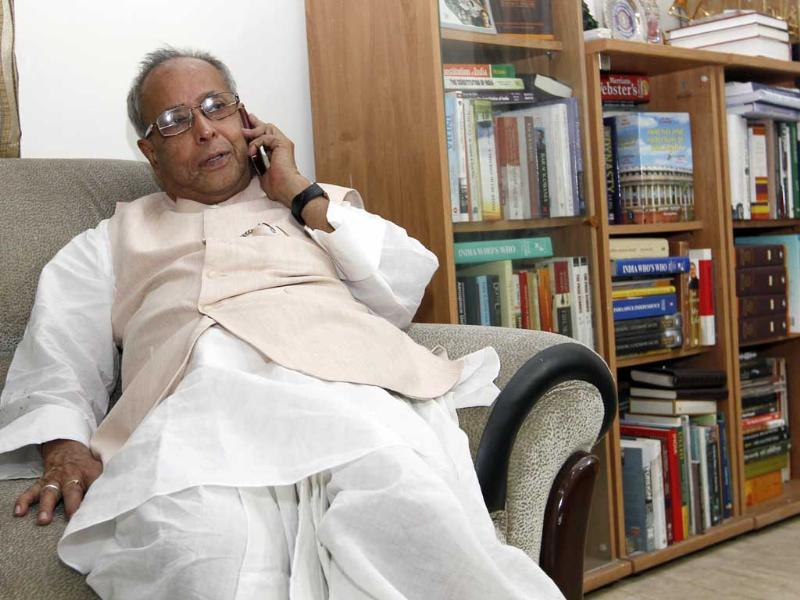 Pranab Mukherjee replies to phone calls at the office space in his residence in New Delhi. HT/Gurinder Osan