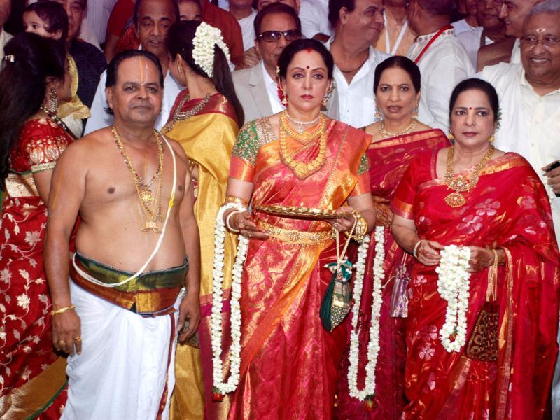 Hema Malini looks gorgeous in her traditional attire at Esha Deol's wedding.