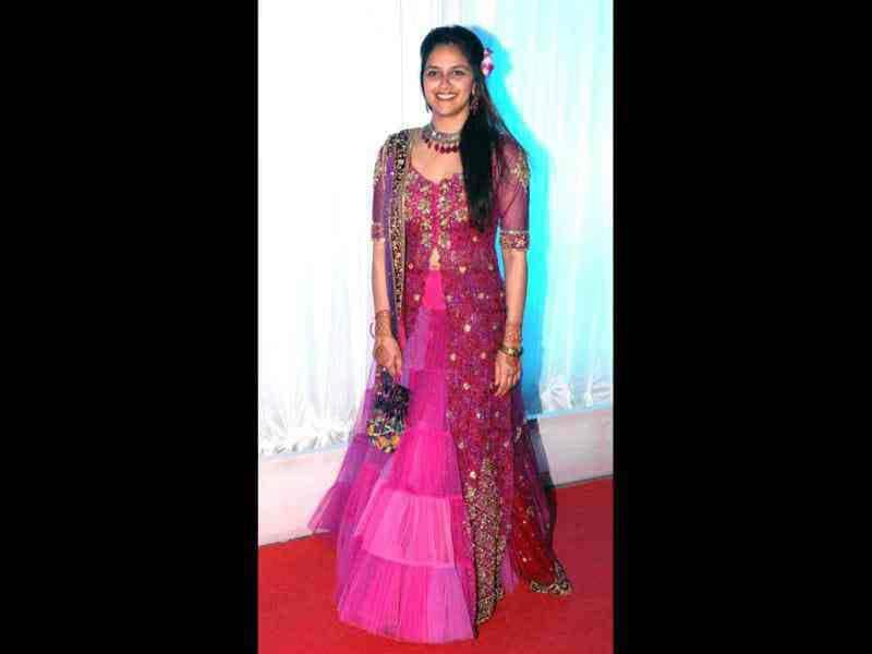 Ahaana wore a dark pink lehenga for her sister's reception.