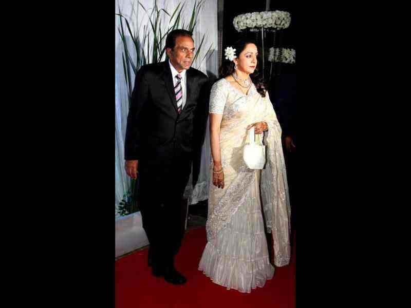 Dharmendra-Hema played the perfect hosts at both the wedding and the reception.