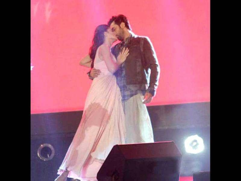 Ranbir Kapoor and Nargis Fakhri locked lips during Rockstar concert.