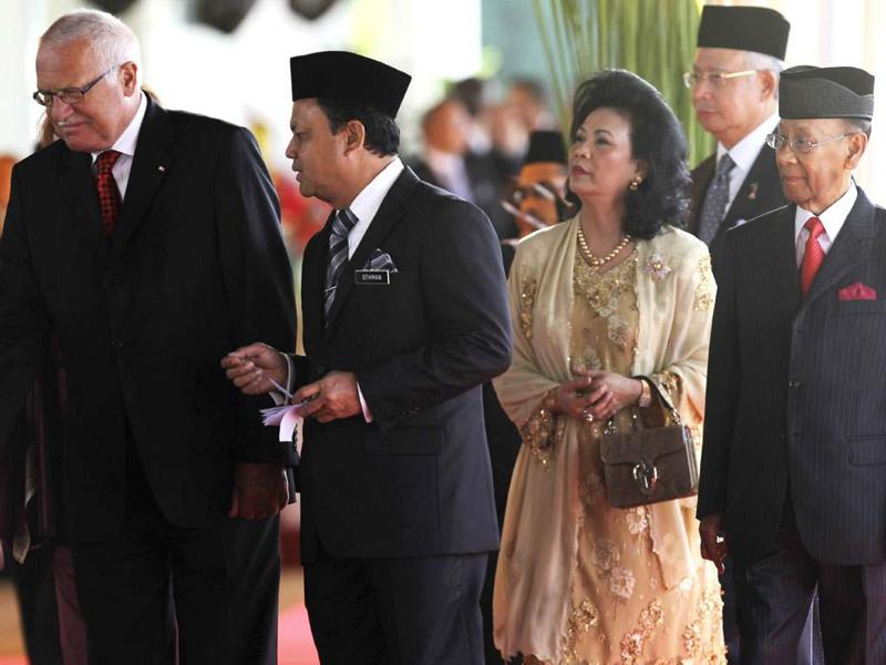 Czech Republic's President Vaclav Klaus (L) walks with Malaysia's King Abdul Halim (R), Queen Haminah (3rd R) and Malaysia's Prime Minister Najib Razak (2nd R) during the state welcoming ceremony in Kuala Lumpur. REUTERS/Samsul Said