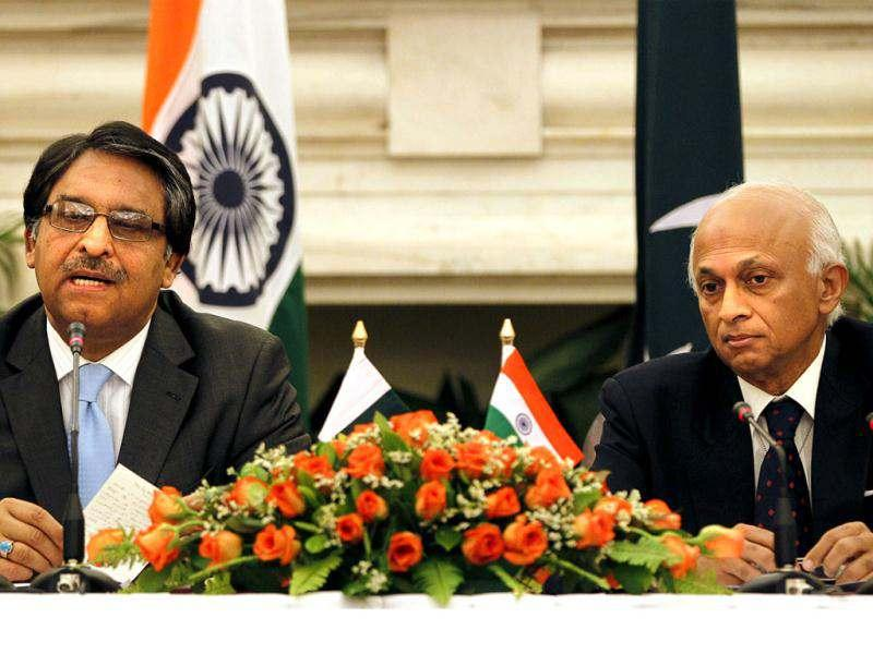 Indian Foreign Secretary Ranjan Mathai with his Pakistani counterpart Jalil Abbas Jilani address a joint press conference, in New Delhi. AP Photo/ Manish Swarup