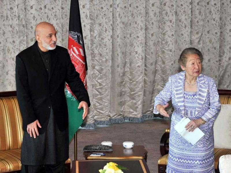 Afghan president Hamid Karzai (L) greets Sadako Ogata, former United Nations High Commissioner for Refugees (UNHCR) and advisor of the Japanese foreign ministry in Tokyo. AFP/Yoshikazu Tsuno