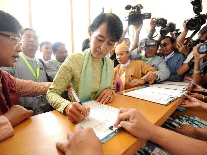 Myanmar opposition leader Aung San Suu Kyi signs the regristration list as she arrives at the Lower House Parliament to attend the parliament session in Naypyidaw. AFP/Soe Than Win