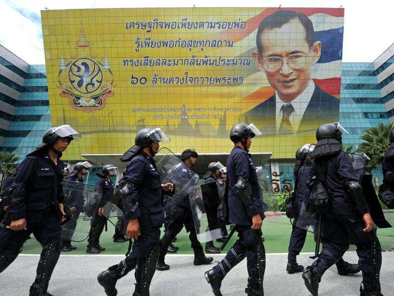 Thai riot policemen stand patrol on foot prior to a court ruling on whether plans by Prime Minister Yingluck Shinawatra's party to amend the constitution are legal, at the constitutional court in Bangkok. AFP/Pornchai Kittiwongsakul