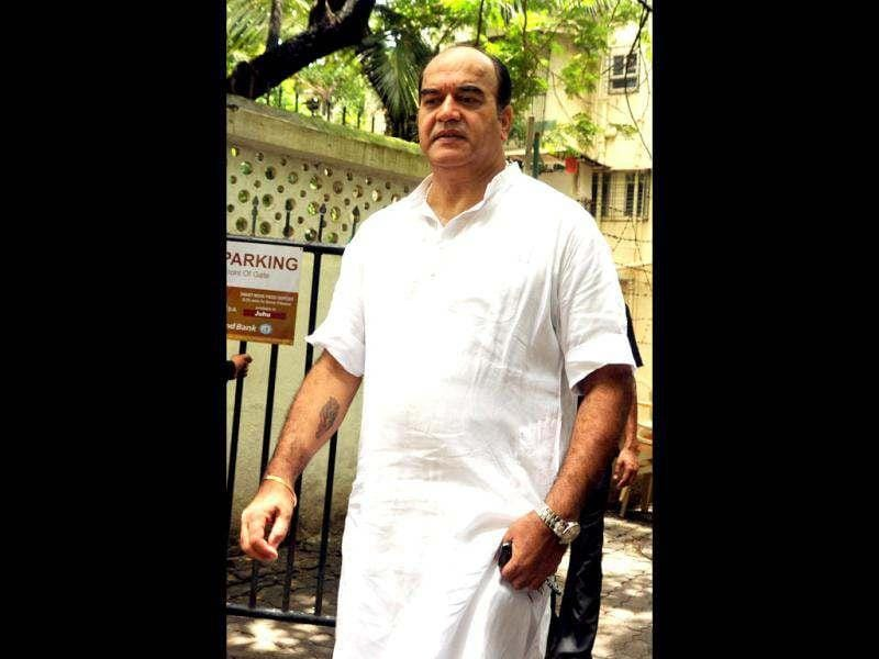 Surendra Pal at the cremation ceremony of Dara Singh.