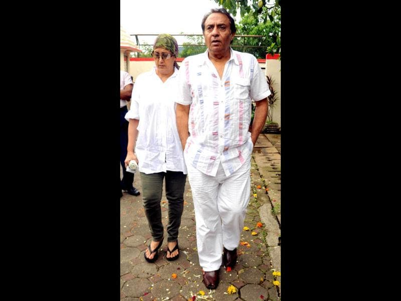Ranjeet, accompanied by his wife, attends the cremation ceremony of Dara Singh.