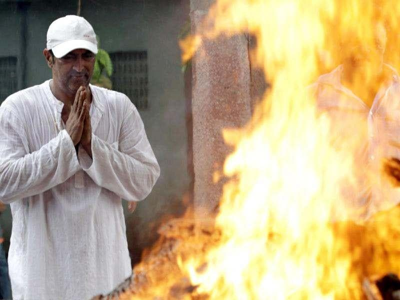 Vindu Dara Singh offers prayers at the cremation ceremony of his father Dara Singh.